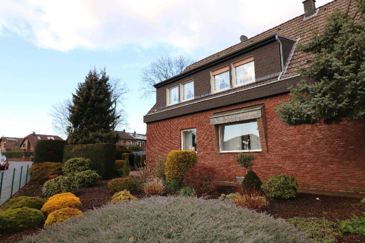 Haus mit bepflanztem Vorgarten