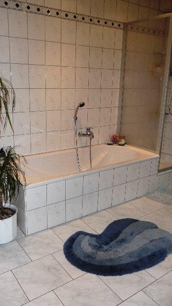 geräumiges Bad mit Wanne ...