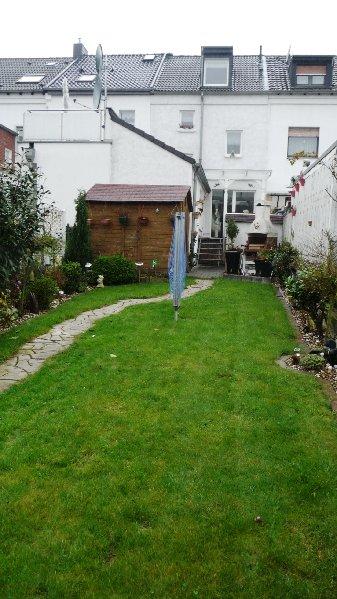 Garten mit Hausrückfront
